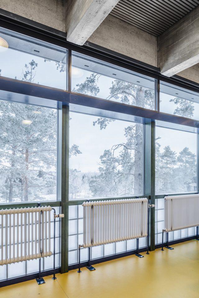 Windows take up the whole floor height, Roihuvuori School