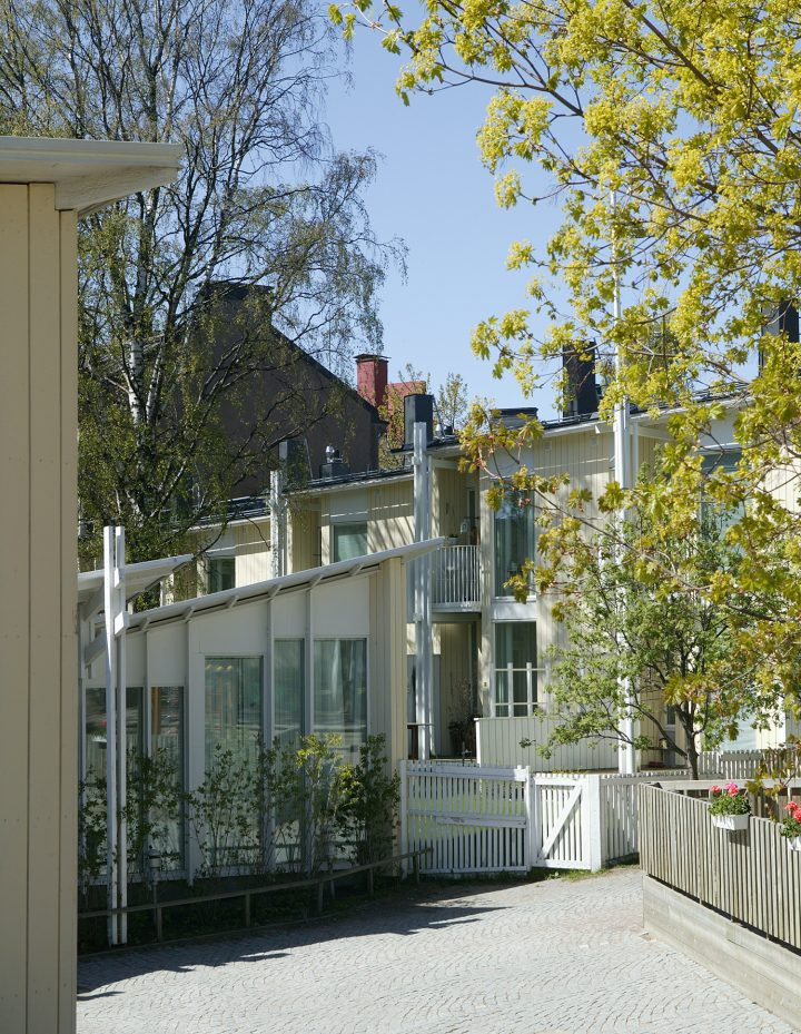 View from the courtyard of Vallila Library and Daycare Centre, also by Leiviskä, Runopuisto terraced house