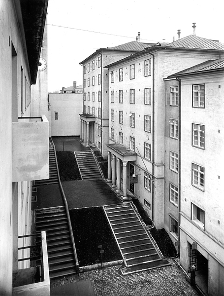Façade on the side of the stepped piazza, after the completion of Hospitz Betel in 1929, Atrium Apartment Building