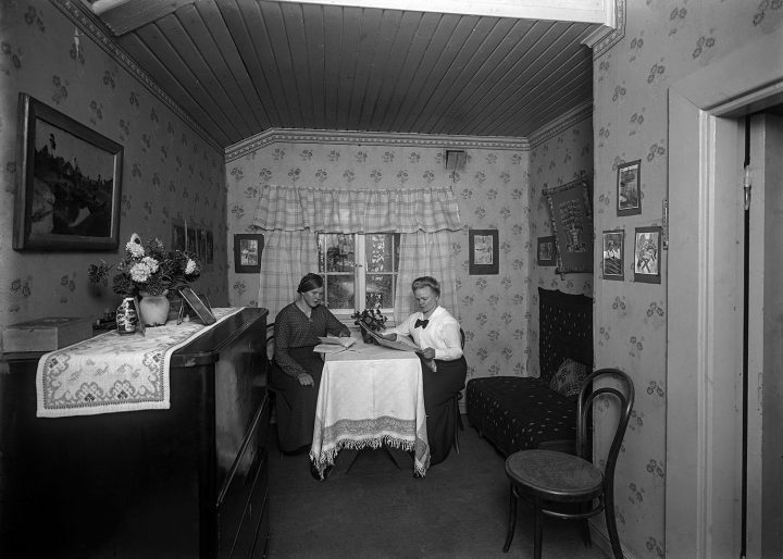Ainola staff, nanny Aino Kari and cook Helmi Vainikainen photographed in their room in 1915, Aino and Jean Sibelius' Ainola