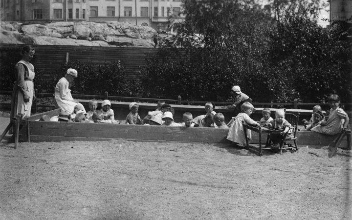 Children and kindergarten teachers of Ebeneser photographed in 1925, Ebeneser Kindergarten