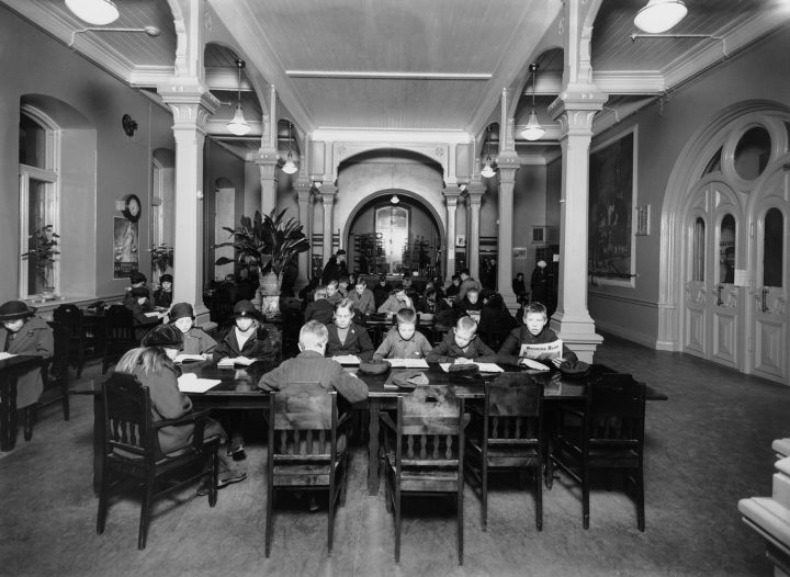 Young clients at library in 1924, Rikhardinkatu Library