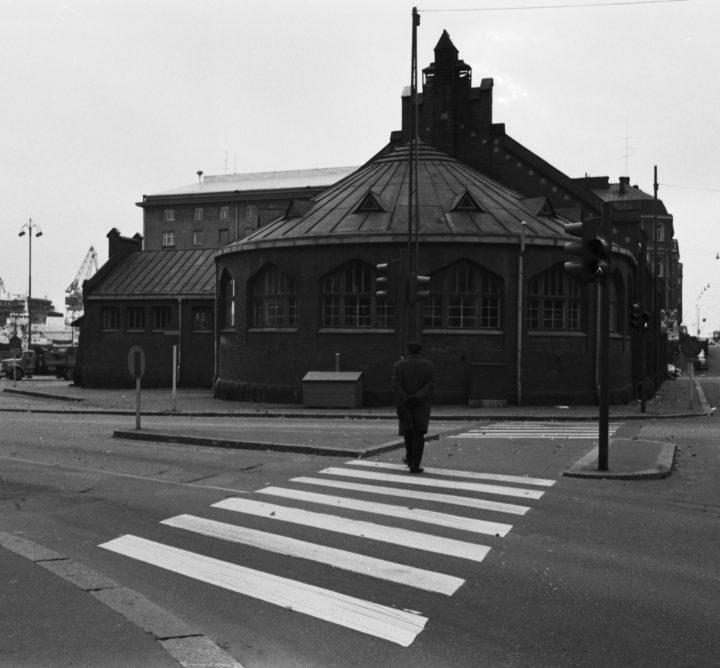The market hall photographed from Lönnrotinkatu in 1970, Hietalahti Market Hall