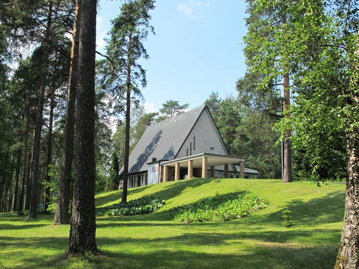 Entrance canopy seen from the main approach direction, Ristikangas Funerary Chapel