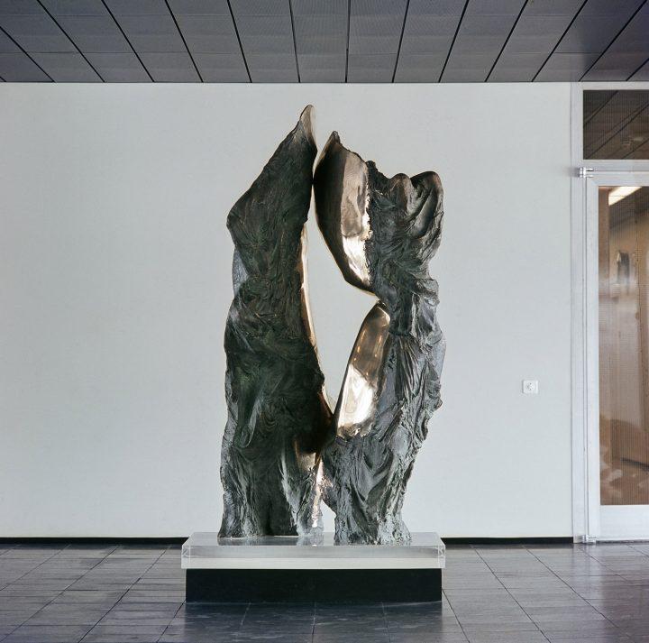 Sculptor Laila Pullinen's work 'Kevättä ihmisessä' in the main hallway , Kallio Municipal Office Building