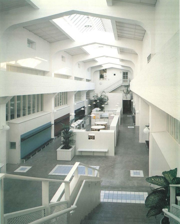 Central hall and classrooms at the sides  , Katajanokka School and Luotsi Daycare Centre